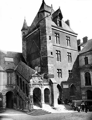 Palais des Ducs et des Etats de Bourgogne (ancien) ; Hôtel de Ville Cour de Bar : Tour de Bar et escalier de Bellegarde, Delaunay (photographe),