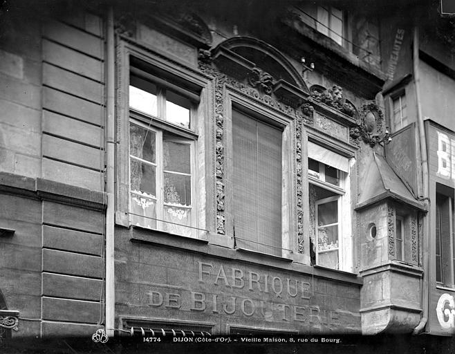 Maison Dubret Façade sur rue : 1er étage, Neurdein (frères) ; Neurdein, Louis ; Neurdein, Louis (photographe),