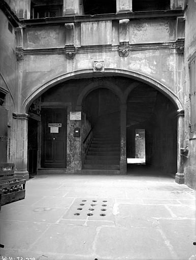 Maison Cour intérieure : Grande arcade du rez-de-chaussée, Lefèvre-Couton (photographe),