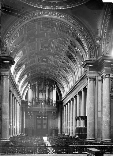 Cathédrale Saint-Pierre Vue intérieure de la nef, vers l'entrée, Mieusement, Médéric (photographe),