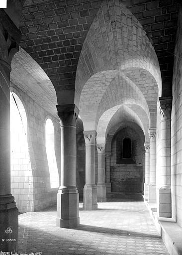 Evêché (ancien) ou Palais du Tau Passage voûté, Robert, Paul (photographe),