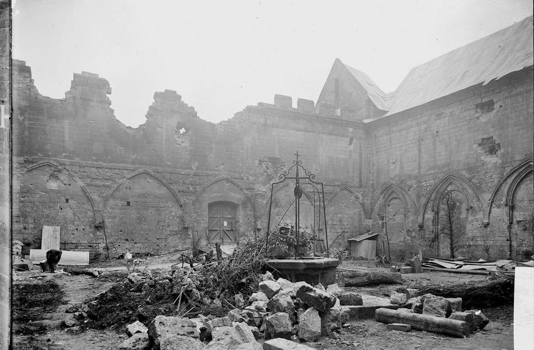 Eglise Notre-Dame (ancienne cathédrale) Cloître, cour, Service photographique,