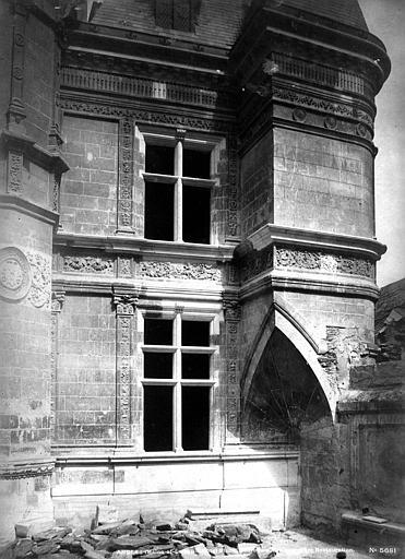Hôtel Pincé Façade sud sur cour : Partie droite et base de la tourelle, Berthault (photographe),
