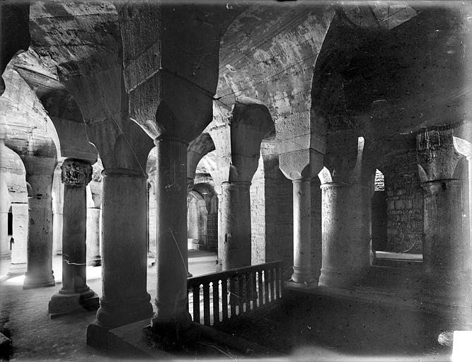 Cathédrale Saint-Bénigne Crypte Saint-Bénigne : vue d'ensemble prise depuis l'entrée, Heuzé, Henri (photographe),