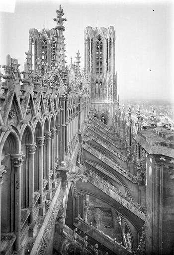 Cathédrale Notre-Dame Façade nord : Tours et galerie supérieure vues en perspectives vers l'ouest, Sainsaulieu, Max (photographe),