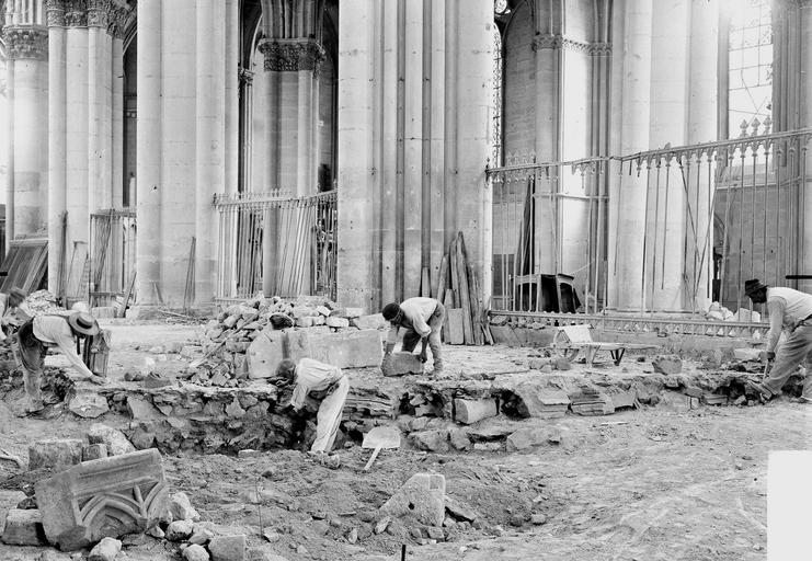 Cathédrale Notre-Dame Fouilles exécutées le 30 août 1919, dans le sol du sanctuaire à l'endroit du maître-autel,  faisant découvrir les débris du jubé, Verneau, G.,