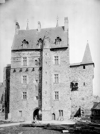 Château Entrée sur cour, Durand, Eugène (photographe),
