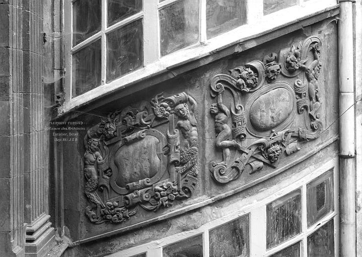 Hôtel Fontfreyde ou maison dite des Architectes Cour intérieure : Bas-relief de la tourelle d'escalier, Durand, Jean-Eugène (photographe),