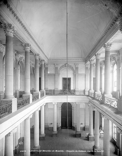 Château Vue intérieure de la chapelle prise de la galerie haute, vers l'entrée, Neurdein (frères) ; Neurdein, Louis ; Neurdein, Louis (photographe),