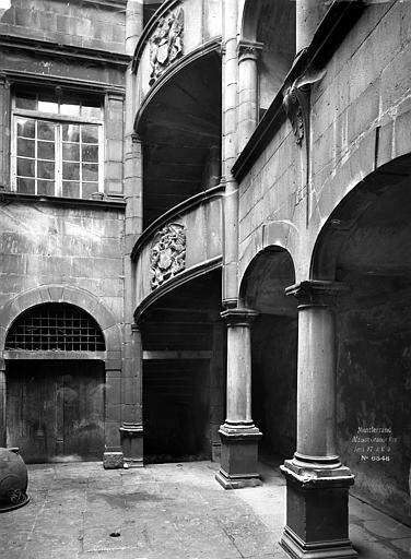 Hôtel de Fontenilhes ou maison des Sires de Beaujeu Cour intérieure : Escalier armorié, Durand, Eugène (photographe),