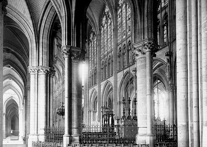 Cathédrale Saint-Pierre et Saint-Paul Nef vue du déambulatoire, Enlart, Camille (historien),