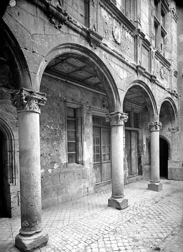 Maison d'Agnès Sorel ou Hôtel Euverte-Hatte Cour intérieure : Galerie d'arcades du rez-de-chaussée, Mieusement, Médéric (photographe),
