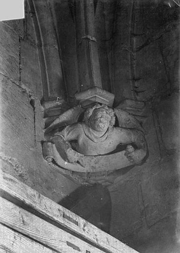 Château Donjon. Console sculptée : Ange, Vorin,