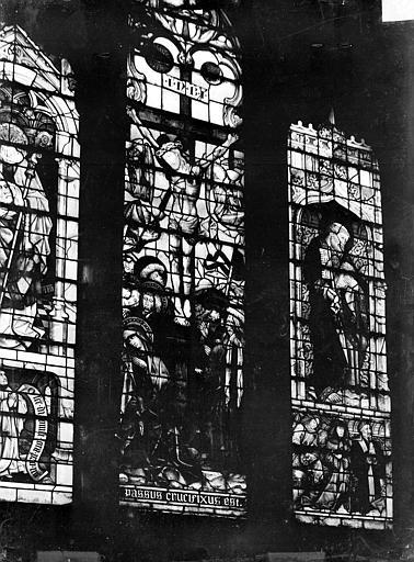 Eglise Notre-Dame Vitrail de la chapelle de l'Assomption : Crucifixion, saint Pierre, Gossin (photographe),