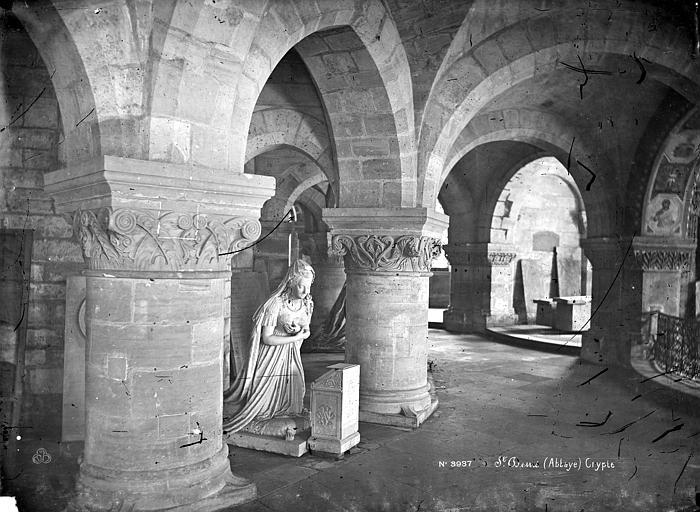 Basilique Saint-Denis Crypte : Vue intérieure du déambulatoire, avec la statue de Marie-Antoinette par Petitot, Mieusement, Médéric (photographe),
