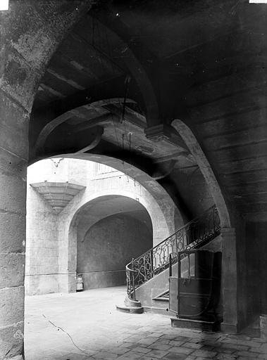 Maison Cour intérieure : Départ d'escalier sous le passage voûté, Durand, Eugène (photographe),