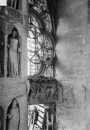Cathédrale Notre-Dame Revers du portail sud de la façade ouest : Statues, côté sud et linteau sous la rose du tympan, Sainsaulieu, Max (photographe),