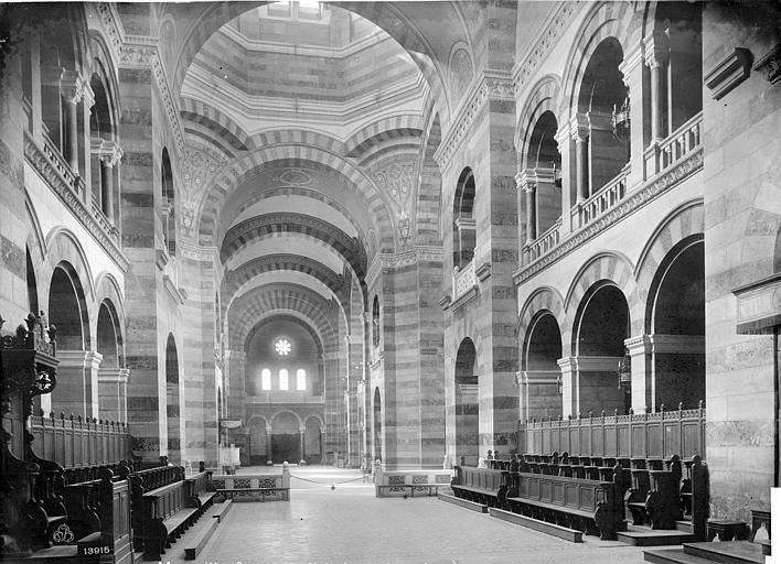 Cathédrale Sainte-Marie-Majeure Vue intérieure de la nef, vers l'entrée, Mieusement, Médéric (photographe),