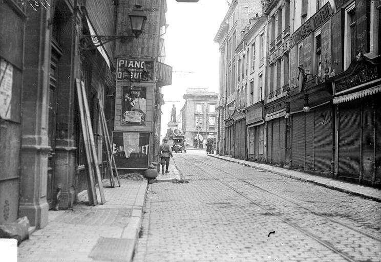 Place Royale Vue d'une rue débouchant sur la place Royale, Goubeau (photographe),