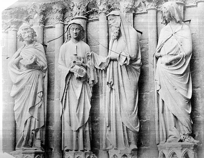 Cathédrale Notre-Dame Portail central de la façade ouest. Statues de l'ébrasement gauche : saint Joseph, Vierge présentant l'Enfant à Siméon, et sainte Anne, Mieusement, Médéric (photographe),
