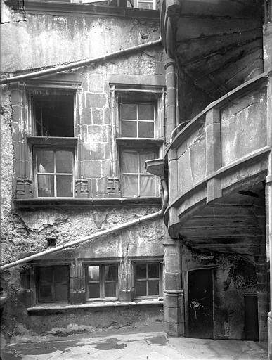 Maison du Notaire, dite aussi maison Desplats ou maison du Lys ou hôtel de Loignat Cour intérieure : Fenêtres et escalier, Jarron (photographe),