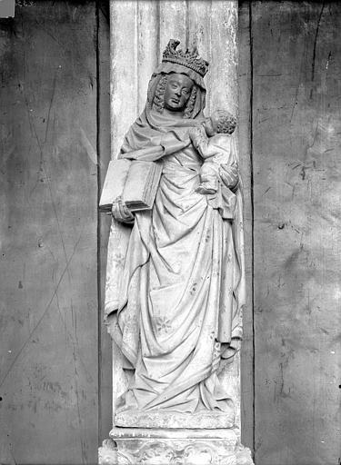 Eglise Notre-Dame Portail de la façade ouest. Statue du trumeau : Vierge à l'Enfant, Durand, Jean-Eugène (photographe),