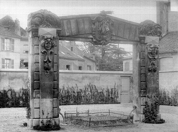 Château (ancien) Portique : Restes des anciennes écuries, Durand, Jean-Eugène (photographe),