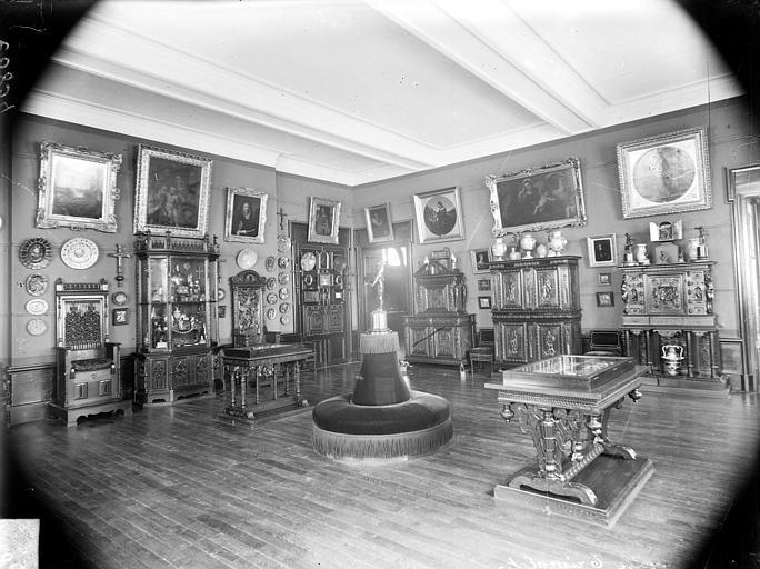 Palais des Ducs et des Etats de Bourgogne (ancien) ; Musée Salle contenant des peintures, du mobilier, des objets d'art et des faïences, Delaunay (photographe),