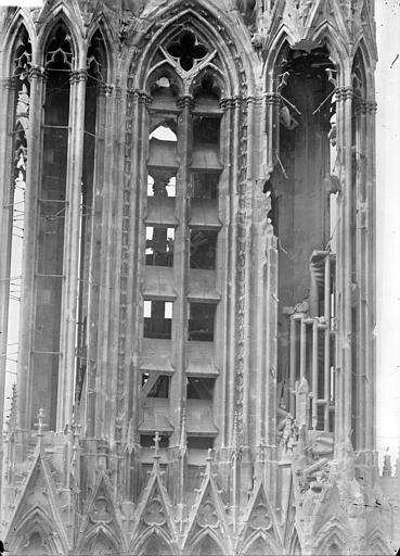 Cathédrale Notre-Dame Tour sud : tourelle nord-est et escalier à jour, Sainsaulieu, Max (photographe),