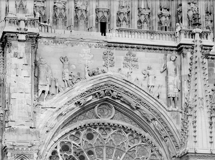 Cathédrale Notre-Dame Façade ouest. partie supérieure de la rose : Bas-relief de David et Goliath, Sainsaulieu, Max (photographe),