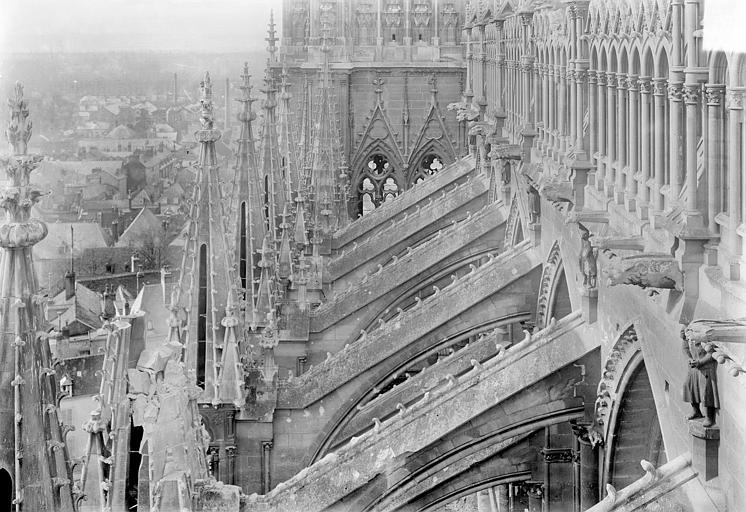 Cathédrale Notre-Dame Façade sud : Galerie supérieure, arcs-boutants et pinacles, vus vers l'ouest, Sainsaulieu, Max (photographe),