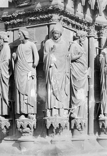 Cathédrale Notre-Dame Portail sud de la façade ouest. Ebrasement gauche : Statues de Salomon, de saint Rémi évêque et d'un apôtre, Sainsaulieu, Max (photographe),