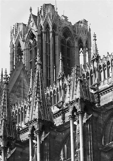 Cathédrale Notre-Dame Façade sud : Galerie supérieure et partie supérieure de la tour nord, côté sud-est, Sainsaulieu, Max (photographe),