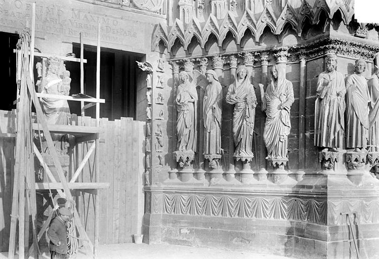 Cathédrale Notre-Dame Portail central de la façade ouest : Trumeau et ébrasement droit, Sainsaulieu, Max (photographe),