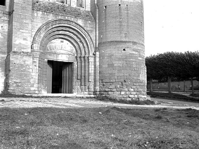 Eglise Saint-Lucien Portail de la façade ouest, Chaine, Henri (architecte),
