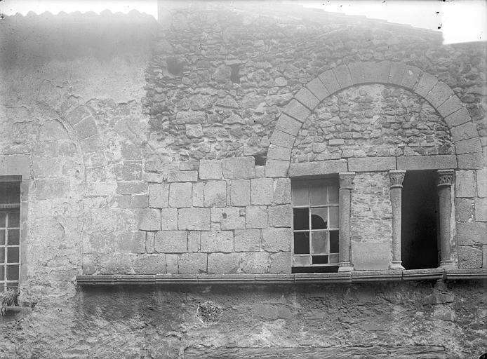 Maison du 12ème siècle Façade sur rue : Fenêtres, Jarron (photographe),