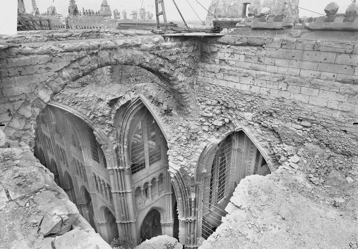 Cathédrale Notre-Dame Brèche des voûtes effondréees du transept, en dessous, Verneau, G.,