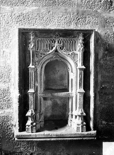 Eglise Saint-Michel Piscine en pierre dans la chapelle des Gros, Gossin (photographe),