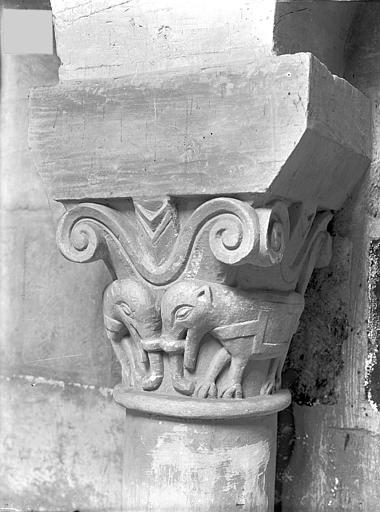 Eglise Saint-Jean de Montierneuf Chapiteau : Eléphants, Gossin (photographe),