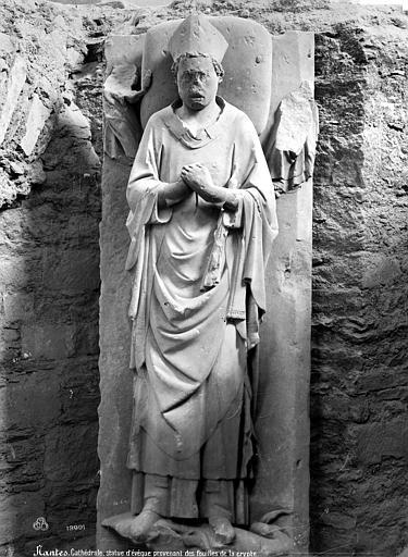 Cathédrale Saint-Pierre Crypte en cours de fouilles : statue d'un évêque, Mieusement, Médéric (photographe),