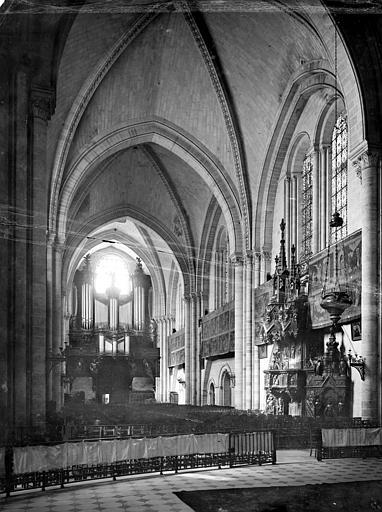 Cathédrale Saint-Maurice Vue intérieure de la nef, vers l'entrée, Mieusement, Médéric (photographe),