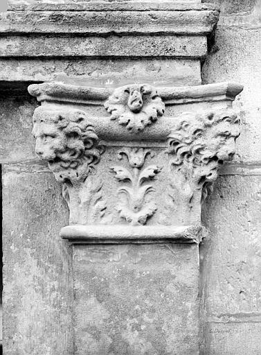 Domaine National Cour ovale : détail d'un chapiteau (têtes de lions et décor feuillagé ), Durand, Jean-Eugène (photographe),