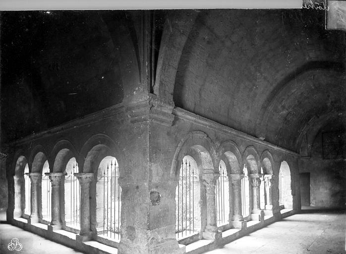 Cathédrale Notre-Dame-et-Saint-Véran (ancienne) ou église Saint-Véran Cloître : vue intérieure des galeries, Mieusement, Médéric (photographe),
