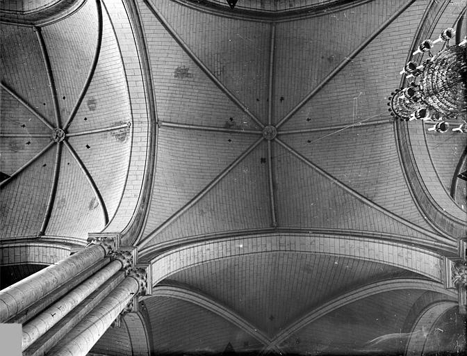 Cathédrale Saint-Pierre Voûtes du choeur (vue verticale), Gossin (photographe),