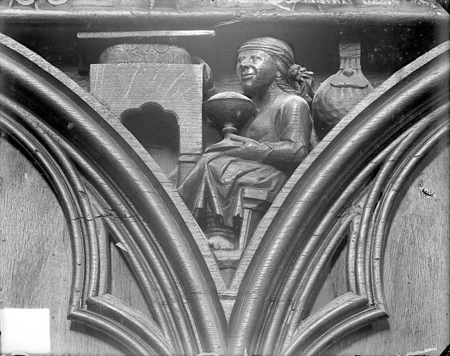 Cathédrale Saint-Pierre Stalles, écoinçon : ange porteur de couronnes et figure symbolique des Péchés Capitaux, Heuzé, Henri (photographe),