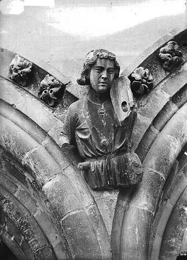 Cathédrale Notre-Dame Cariatide au-dessous de la rose sud, joueur de violon, Lajoie, Abel,
