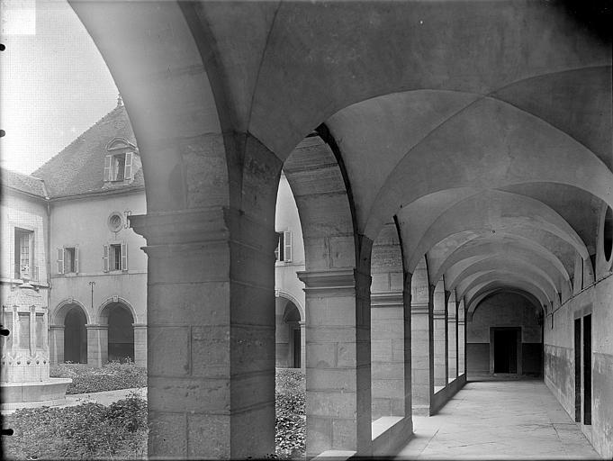 Hospice Sainte-Anne (ancien) Cloître : Vue intérieure d'une galerie, Gossin (photographe),
