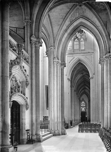 Cathédrale Saint-Gatien Vue intérieure du bas-côté sud vers l'ouest et porte de la sacristie, Mieusement, Médéric (photographe),