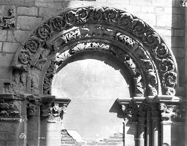 Eglise Saint-Philibert (ancienne) Ancienne porte : archivolte, Neurdein (frères) ; Neurdein, Louis ; Neurdein, Louis (photographe),