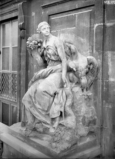 Domaine national du Palais-Royal Cour d'honneur, façade nord, statue de l'abondance, Durand, Eugène (photographe),